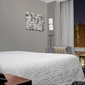 Courtyard New York King Guestroom